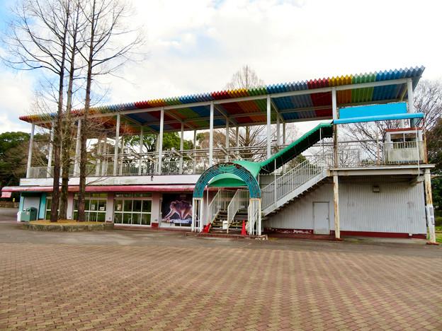 日本モンキーセンター No - 45:元は何かの施設だったと見られる休憩所