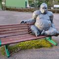 Photos: 日本モンキーセンター No - 52:ベンチに座るゴリラ像
