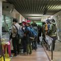 Photos: 日本モンキーセンター:ゴリラの食事風景を見ている人たち - 1