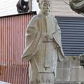 金山神社 - 9:平安貴族っぽい像と猫