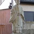 金山神社 - 10:平安貴族っぽい像と猫