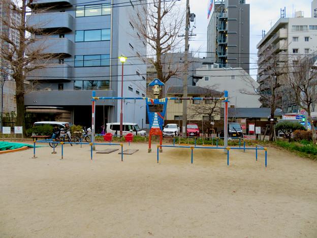 大須商店街:裏門前公園に海賊モチーフのブランコ - 1