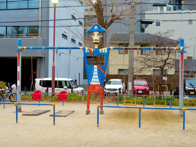 大須商店街:裏門前公園に海賊モチーフのブランコ - 2