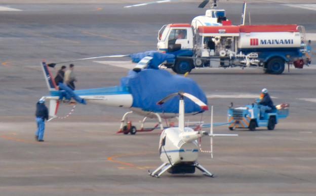 県営名古屋空港:移動中のカバーがかったヘリコプター