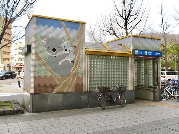 東山公園駅エレベーターの壁にコアラ - 1