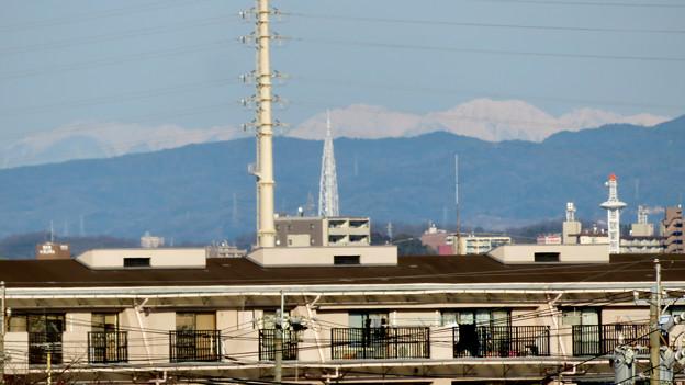 笠寺公園から見えた瀬戸デジタルタワーと雪を頂く山脈 - 2