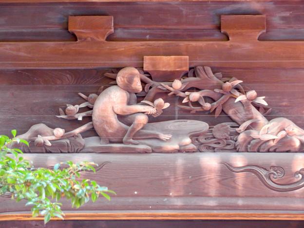 笠寺観音の山門にある猿の彫刻 - 1