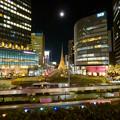 名古屋駅前ロータリーの巨大オブジェ「飛翔」と満月 - 1