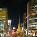 名古屋駅前ロータリーの巨大オブジェ「飛翔」と満月 - 2
