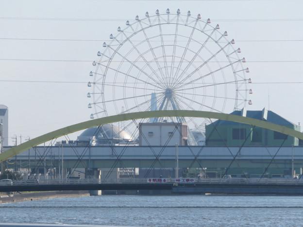 中川運河の東海橋から、いろは橋越しに見たシートレインランドの観覧車と名古屋港水族館