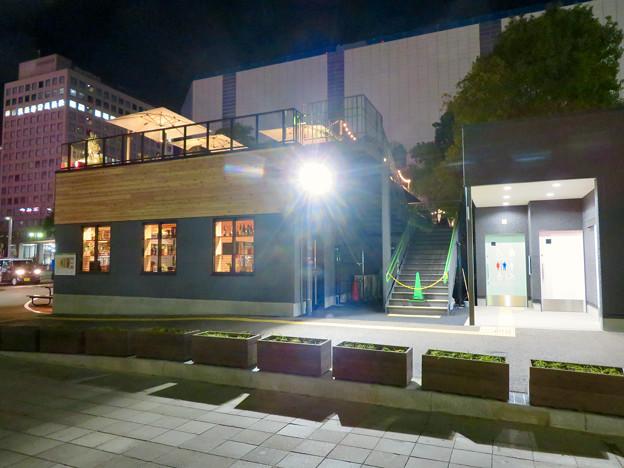 一昨日オープンしたばかりの「ミツコシマエヒロバス」(夜) - 6:1階レストランとトイレ