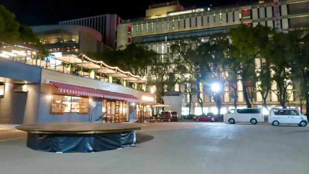 一昨日オープンしたばかりの「ミツコシマエヒロバス」(夜) - 9:1階レストラン前の広場