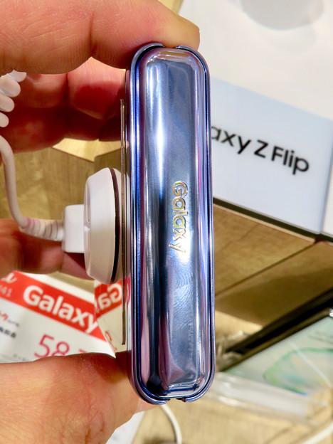 Galaxy Z Flip No - 5:折り畳み時(Galaxyの文字)