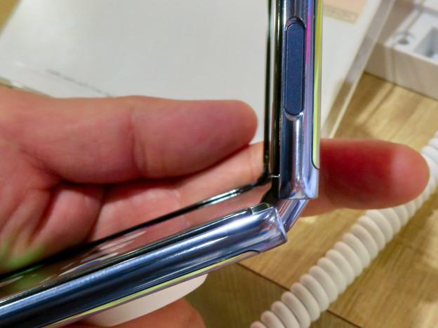 Galaxy Z Flip No - 16:半分折り畳み時のヒンジ部