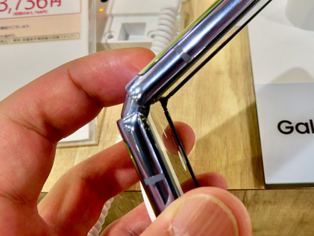 Galaxy Z Flip No - 17:半分折り畳み時のヒンジ部