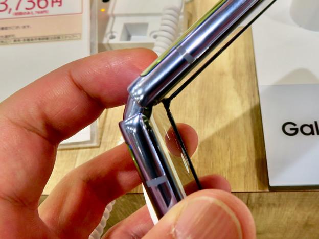 Photos: Galaxy Z Flip No - 17:半分折り畳み時のヒンジ部