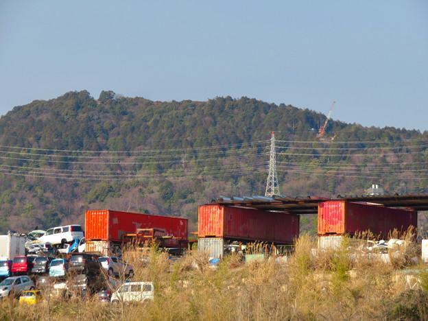 遠くから見たリニア中央線のための送電線鉄塔工事現場 - 3