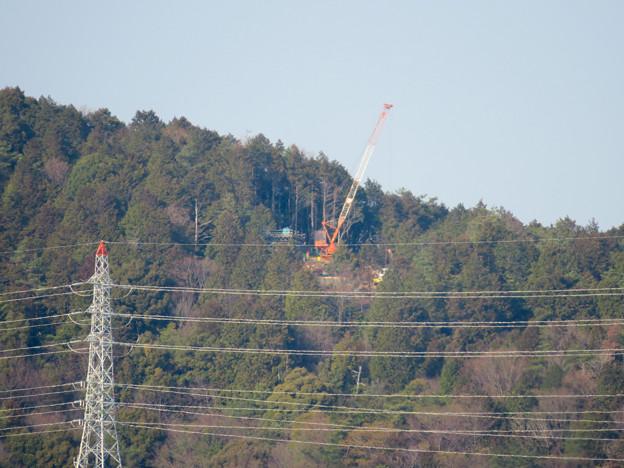 遠くから見たリニア中央線のための送電線鉄塔工事現場 - 4