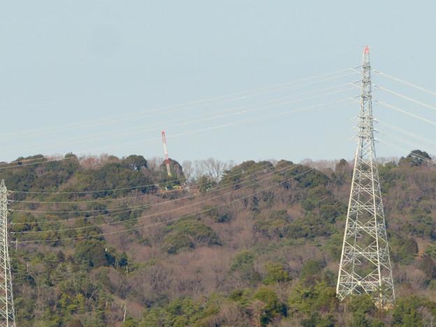 遠くから見たリニア中央線のための送電線鉄塔工事現場 - 9