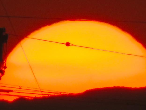Photos: 山の向こうに沈む夕日 - 3