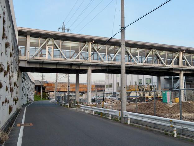 真下から見た神領駅の陸橋 - 3
