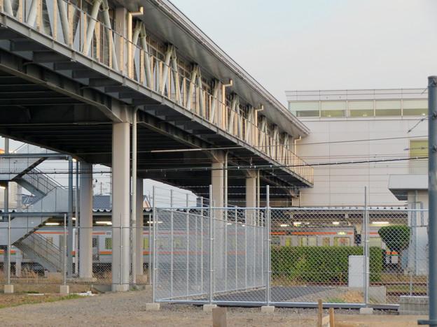 真下から見た神領駅の陸橋 - 4