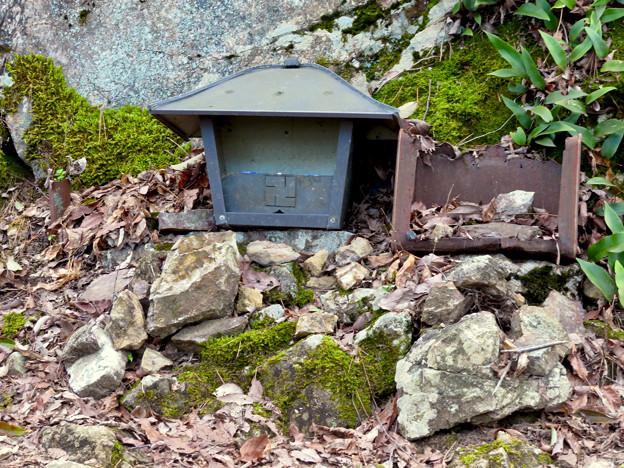 猿啄城展望台の登山道 - 8:山頂付近にあ祠