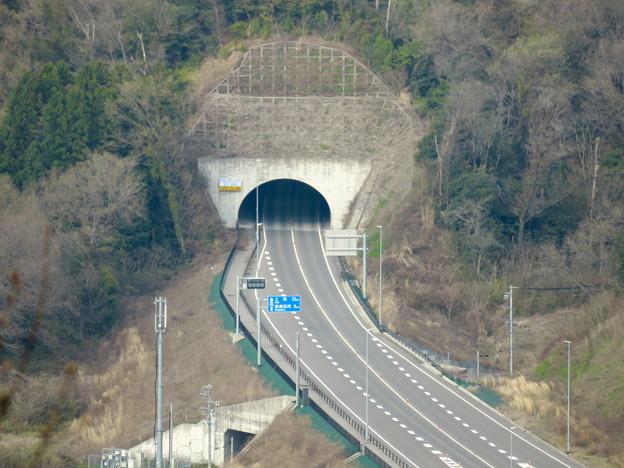猿啄城展望台の登山道から見た景色 - 2:国道21号のトンネル
