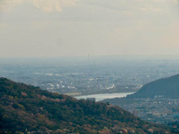 猿啄城展望台から見た景色 - 36:三菱電機稲沢製作所のエレベータ試験棟
