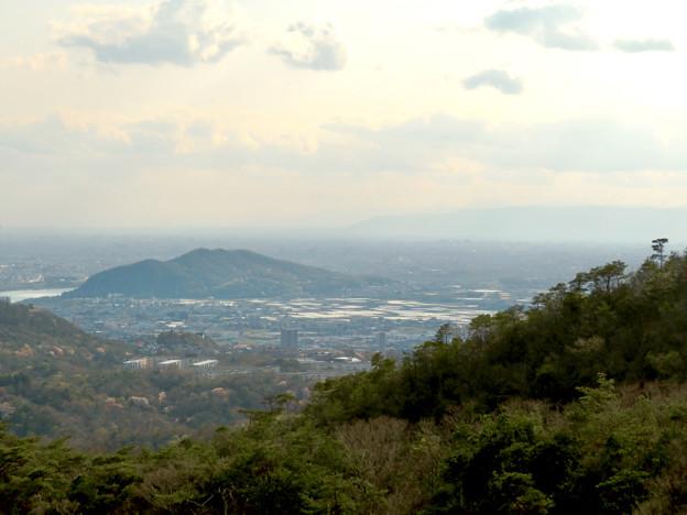 猿啄城展望台から見た景色 - 38:伊木山と遠くに伊吹山