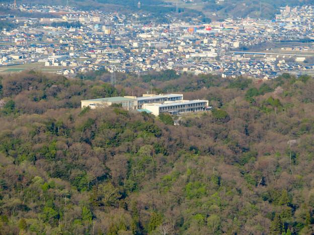 猿啄城展望台から見た景色 - 40:山の上にある坂祝中学校