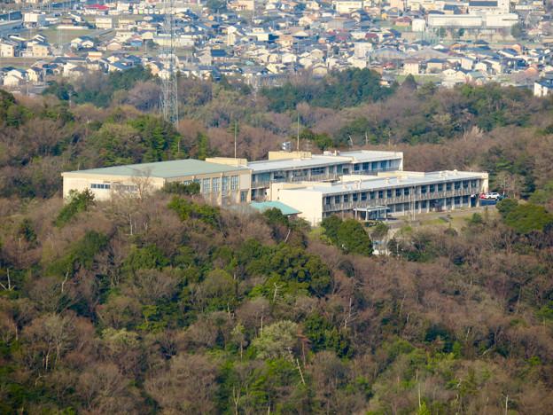 猿啄城展望台から見た景色 - 41:山の上にある坂祝中学校