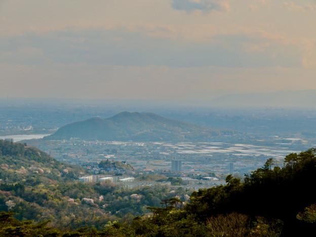 猿啄城展望台から見た景色 - 51:伊木山と遠くに伊吹山