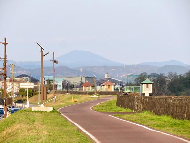 坂祝町:木曽川堤防上の道から見た御嶽山 - 1