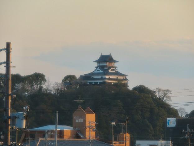 鵜沼駅から見た夕暮れ時の犬山城 - 1