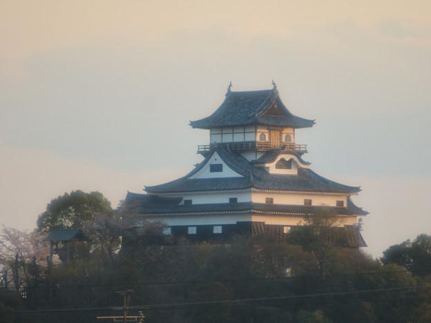鵜沼駅から見た夕暮れ時の犬山城 - 2
