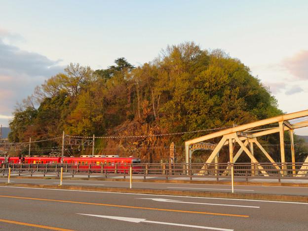 犬山橋から見た鵜沼城跡の岩山と名鉄電車