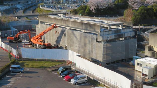 解体工事中の桃花台線桃花台東駅(2020年4月6日) - 15:ホーム部分の床がなくなる
