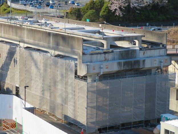 解体工事中の桃花台線桃花台東駅(2020年4月6日) - 19:ホーム部分の床がなくなる