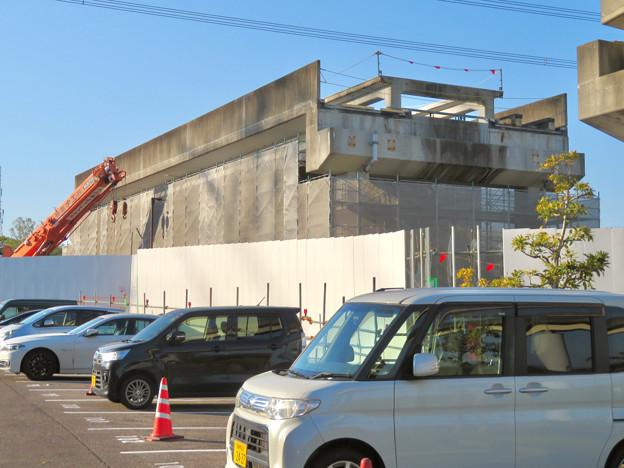 解体工事中の桃花台線桃花台東駅(2020年4月6日) - 21:ホーム部分の床がなくなる