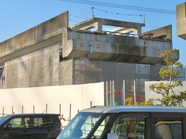 解体工事中の桃花台線桃花台東駅(2020年4月6日) - 22:ホーム部分の床がなくなる