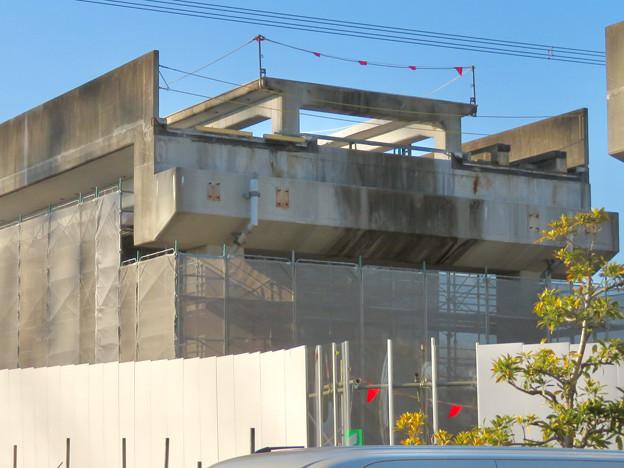 解体工事中の桃花台線桃花台東駅(2020年4月6日) - 23:ホーム部分の床がなくなる