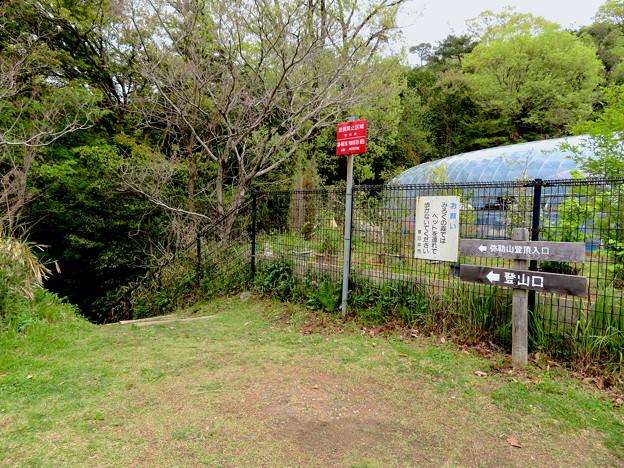グリーンピア春日井横の弥勒山登山道入口