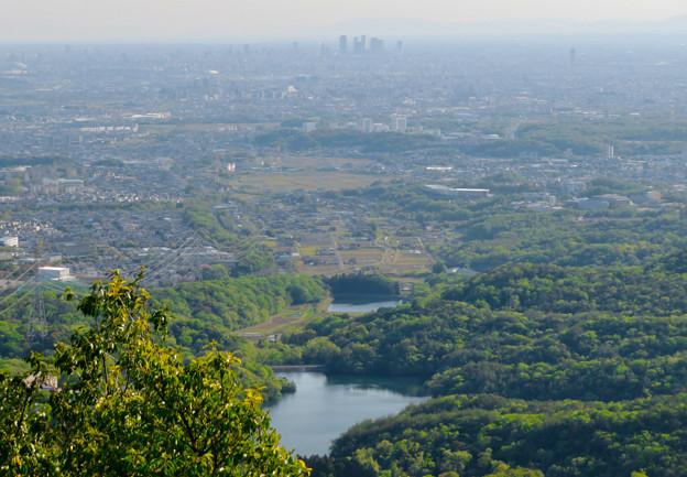 弥勒山 山頂展望台から見た景色 - 5:築水池~名駅ビル群