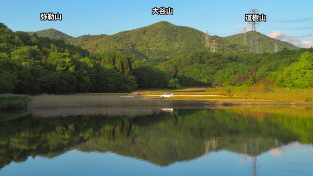 宮滝大池に反射する春日井三山