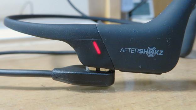 骨伝導ワイヤレスヘッドホン「AfterShokz Aeropex」 - 17:本体(充電中)