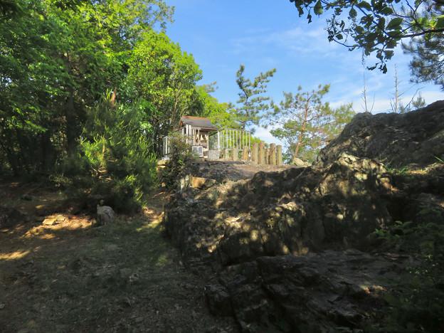 本宮山山頂付近にある大縣神社の祠 - 1