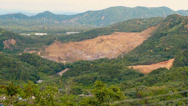 本宮山頂上手前の雨宮社から見た景色 - 23:白山裏の採石場