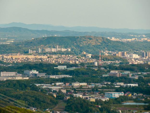 本宮山頂上手前の雨宮社から見た景色 - 27:東谷山と高蔵寺ニュータウン