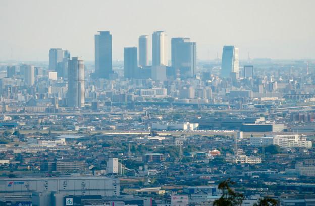 本宮山頂上手前の雨宮社から見た景色 - 28:名駅ビル群と県営名古屋空港